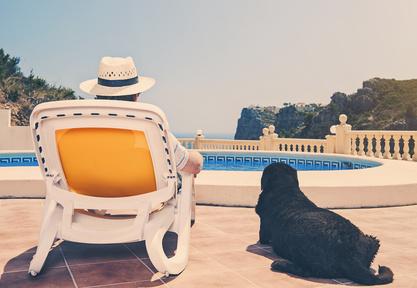 Chien et propriétaire en vacances