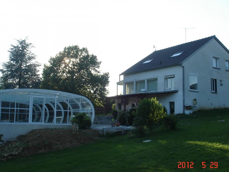 grande maison avec piscine couverte et chauff e location
